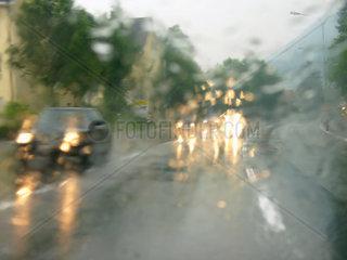 Autos mit Licht bei schlechter Sicht durch Regen