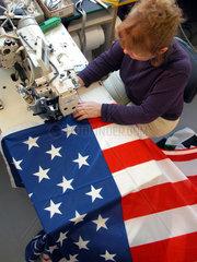 Frau naeht USA Fahne