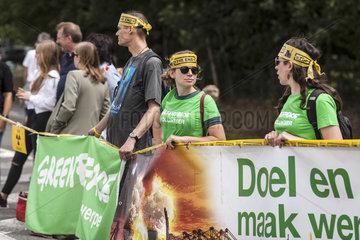 Menschenkette am Centre nucleaire Tihange/BEL