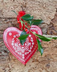 Rustikaler Hintergrund mit Weihnachtsdekoration und Stechpalmenzweigen