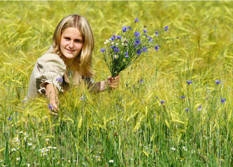 Eva picks a meadow bouquet (cornflower and chamomile)