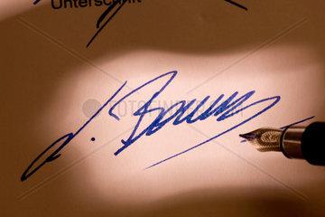 Unterschrift unter ein mit der Hand geschriebens Dokument oder Brief