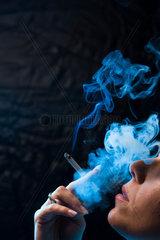 Eine Frau mit qualmender Zigarette