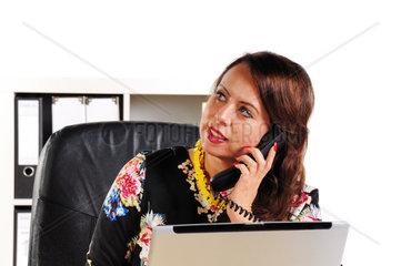Sekretaerin telefoniert im Buero