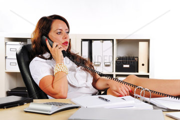 Frau telefoniert im Buero