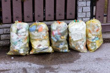 Muellsaecke mit Plastikmuell stehen zur Muell Entsorgung bereit