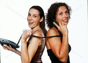 Zwei Frauen mit Festnetztelefon
