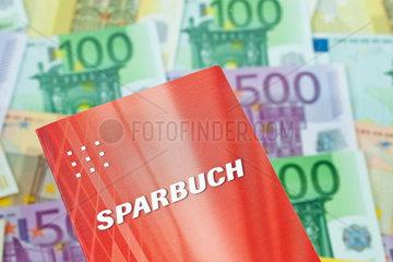 Viele Euro Geldscheine mit Sparbuch