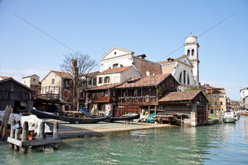 Werft in Venedig venezianische Gondeln werden ueberholt