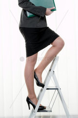 Erfolgreiche Frau macht Karriere auf Karriereleiter