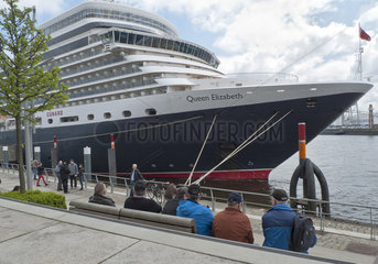 Die Queen Elizabeth am Hamburg Cruise Center HafenCity - Schiffe gucken