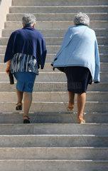 Zwei Frauen steigen die Treppe hinauf