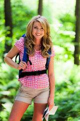 Junge Frau in Natur beim Wandern