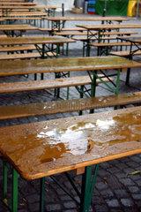 Leerer Gastgarten wegen Schlechtwetter