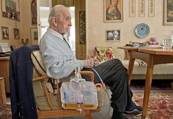 Rentner mit Dauerkatheter
