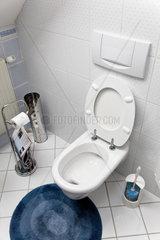 Toilette mit offenem WC Sitz