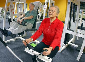 Aktive Senioren im Fitnesscenter