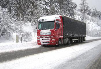 Schwerverkehr auf einer Schneefahrbahn