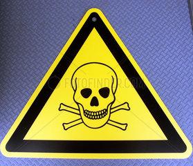Gefahrenzeichen mit Totenkopfsymbol