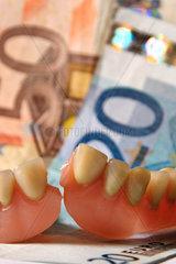 Zahnersatz mit Euroscheinen