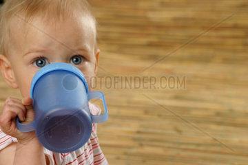 Kind trinkt aus einem Becher