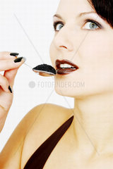Frau isst Kaviar