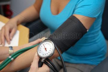 Arzt mit Stethoskop misst Patient den Blutdruck
