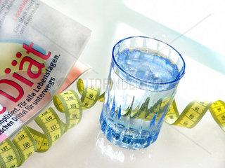 Wasserglas und Massband  Symbol fuer Diaet