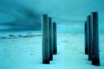 Betonpfeiler in einer Winterlandschaft