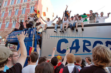 feiernde Fussball-Fans im Hamburger Schanzenviertel