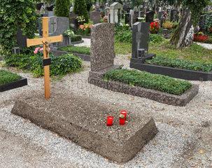 Neues  einfaches Grab auf einem Friedhof
