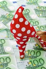 Viele Euro Geldscheine und Damen High heels