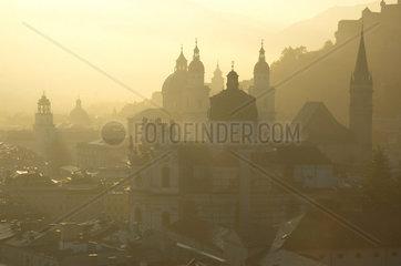 Oesterreich  Stadt Salzburg  Stadtansicht mit leichtem Nebel