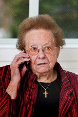Alte Frau fuehrt ein Telefon Gespraech mit Mobiltelefon