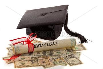 Doktorhut und Dollar Symbol fuer Bildungskosten in Amerika