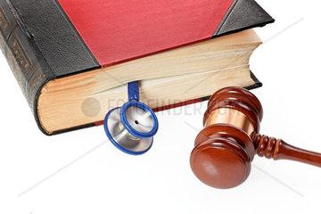 Ein blaues Stethoskop liegt in einem medizinischen Buch