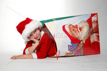Junge als Weihnachtsmann