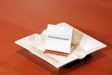 Aschenbecher mit Streichholzheftchen im Buneskanzleramt