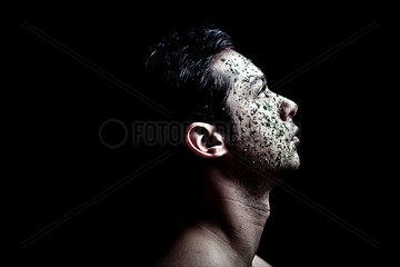Petersilie im Gesicht