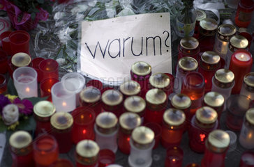 Trauer am Tatort von Jonny K. am Alexanderplatz in Berlin