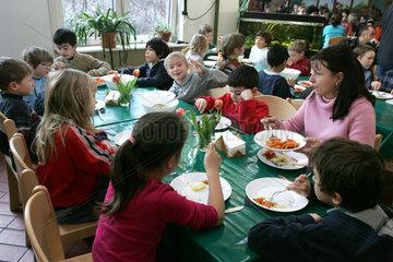 gemeinsames Essen in der Werbellinsee-Grundschule Berlin Schoeneberg