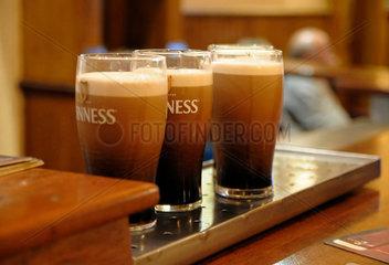 Drei Glaeser frisch gezapftes Guinness