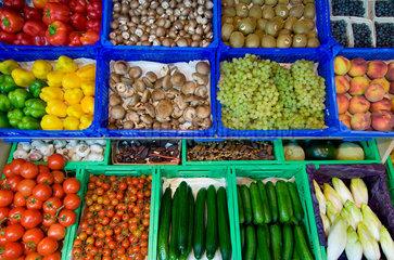 Sortiment von Bioobst und Biogemuese