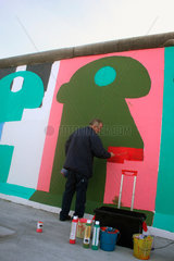 Thierry Noir an die East side Gallery