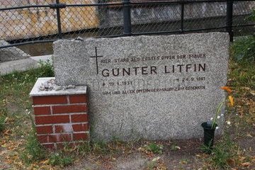 Grabstein zum gedenken an den Opfern der Mauer