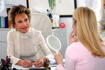 Fernseh Aerztin Dr. Antje Katrin Kuehnemann beraet im Sprechzimmer in ihrer Praxis in Rottach Egern am Tegernsee eine Patientin (model released)  die sich von ihr Falten unterspritzen lassen moechte