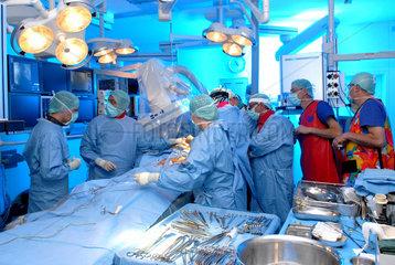 Der neue Hybrid OP im Deutschen Herzzentrum Muenchen. Es ist eine Kombination aus Herz Operationssaal und Herzkatheterlabor. Klinikdirektor Prof. Ruediger Lange und sein Team setzen hier die neue Corevalve Aortenklappe minimal invasiv am schlagenden Herz
