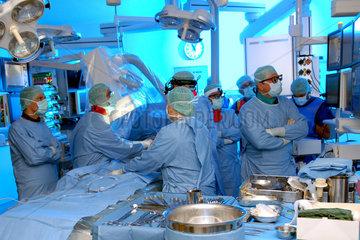 Der neue Hybrid OP im Deutschen Herzzentrum Muenchen. Es ist eine Kombination aus Herz Operationssaal und Herzkatheterlabor. Klinikdirektor Prof. Ruediger Lange (Mitte  verdeckt  traegt Headlight) und sein Team setzen hier die neue Corevalve Aortenklappe