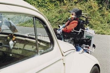 Rollstuhlfahrer mit VW