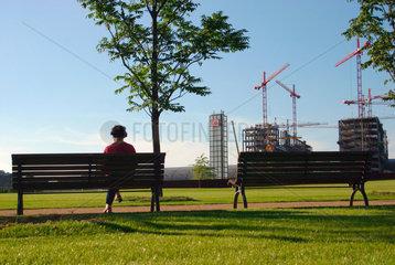 Berlin - Spreebogenpark  im Hintergrund die Baustelle am Lehrter Bahnhof